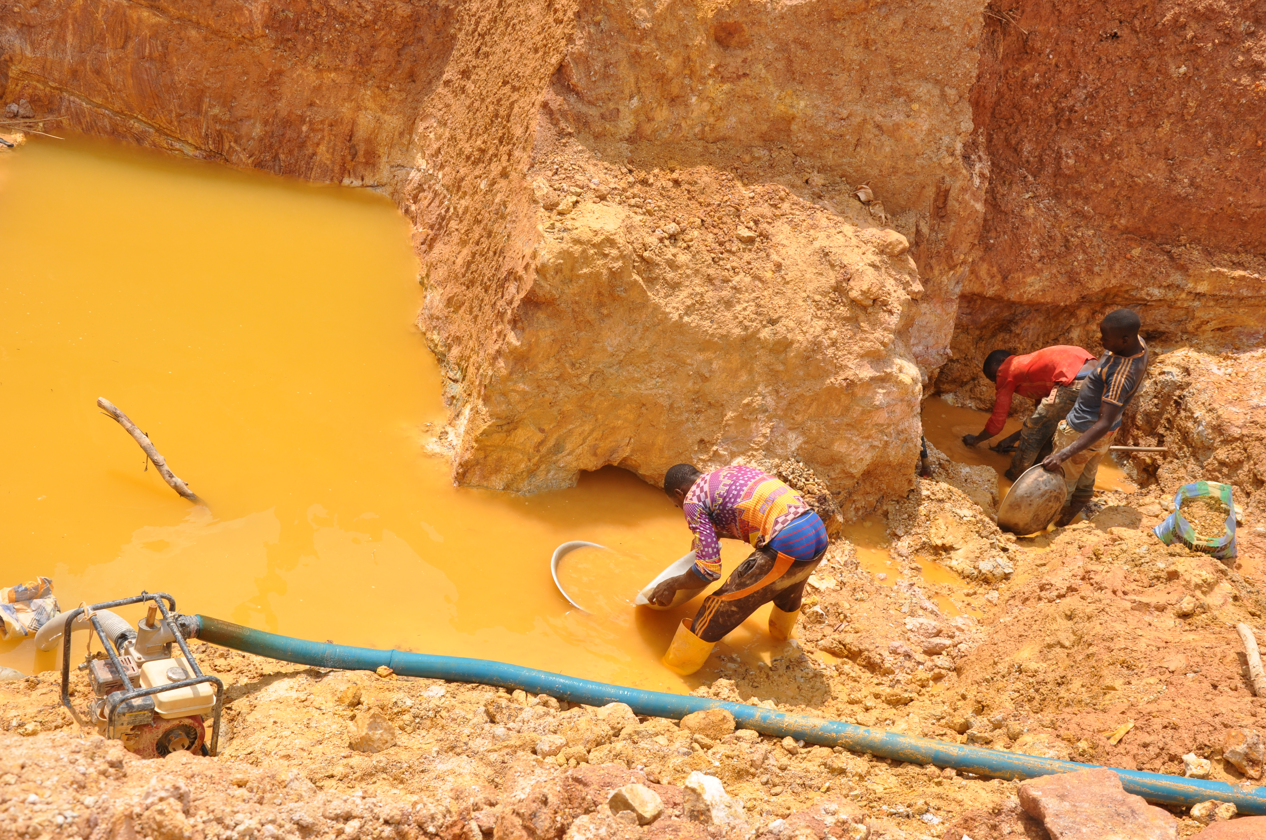 Chinese miners invade Cameroon, exploiting gold without authorization and causing deaths